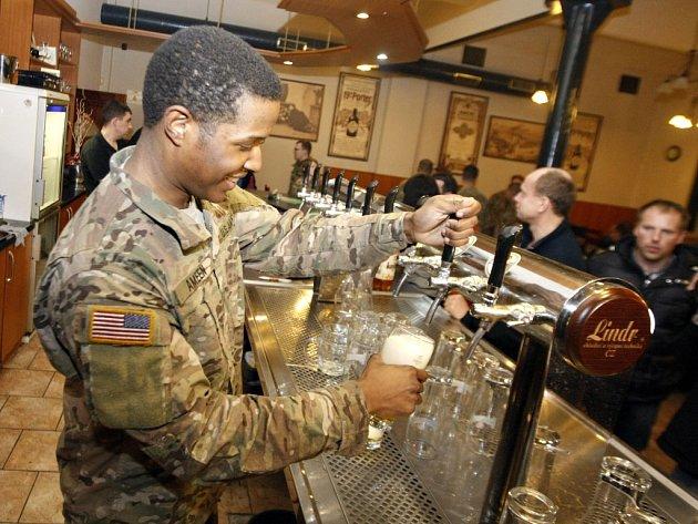 """Američtí vojáci """"obsadili"""" pardubický pivovar."""