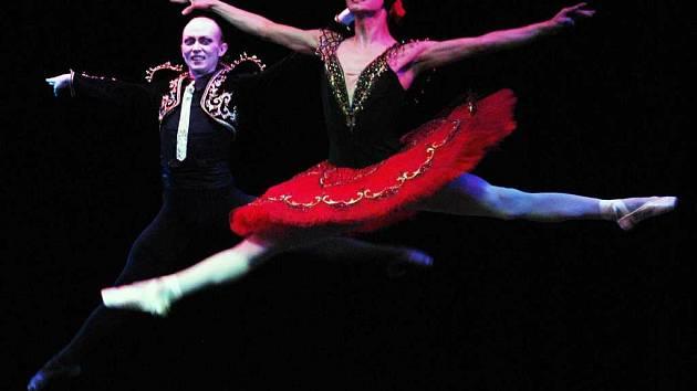 Státní mužský balet Valerije Michajlovského ve Východočeském divadle v Pardubicích.