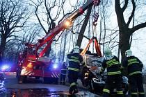 Vyprošťování vozidla z Opatovického kanálu. Řidič se od stromu odrazil rovnou do vody.