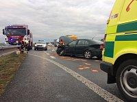 """""""Obyčejná"""" nehoda na obchvatu Holic mohla skončit zraněním záchranáře. Řidič si totiž místo volantu hleděl telefonu."""