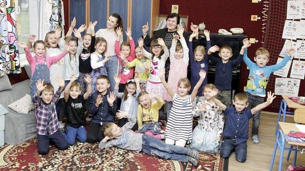 Prvňáčci ze Základní školy Srch s paní učitelkou Kamilou Selby a paní ředitelkou školy Milenou Tomanovou.