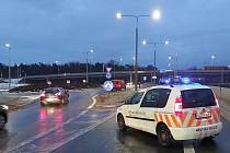 Opilý řidič zřejmě předjížděl, u nehody tří aut byly i dvě děti. Policie zastavila provoz.