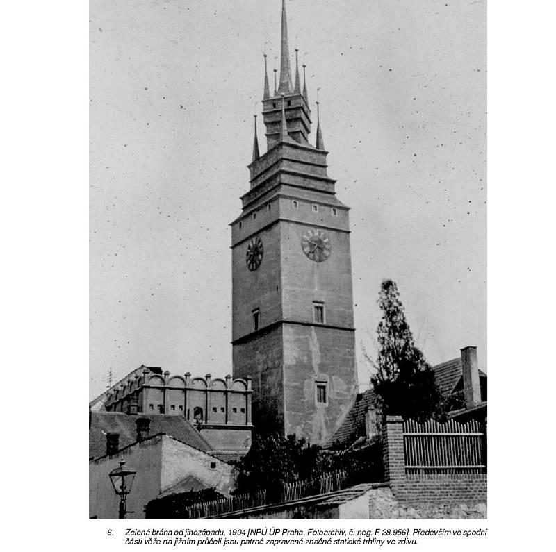 Pardubáci stojí před rozhodnutím, jak bude v budoucnu vypadat věž Zelené brány. Chátrající plášť věže, která je významnou památkou, je třeba opravit. Zda 59metrová dominanta dostane omítku, rozhodnou obyvatelé Pardubic už tento víkend. FOTO: Město Pardubi