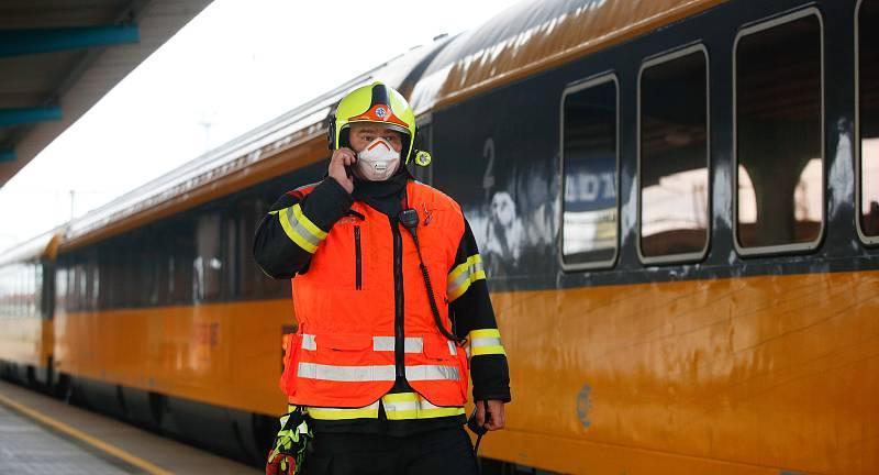 Personál vlaku nechal jednotku s 50 pasažéry zastavit na nádraží v Pardubicích kvůli podezření, že čtyři lidé italské národnosti jsou nakažení koronavirem.