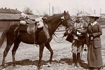 Loučení před odjezdem. Nedatovaný snímek pravděpodobně zachycuje důstojníka s chotí na nádraží v Pardubicích. Krásný výjev uprostřed hrozné války...