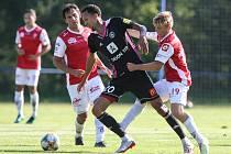 Zápas letní přípravy fotbalové národní ligy mezi FK Pardubice (v červenobílém) a FK Trenčín příprava (v černém) na hřišti ve Svratce
