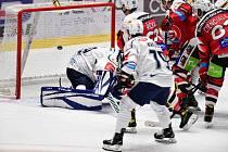 Pardubičtí hokejisté (v červeném) přivítali na svém ledě Kladno.