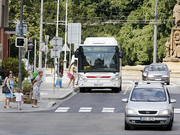 Nová zastávka na pardubickém náměstí Republiky. Autobusy staví přímo na silnici, některým dopravním expertům to v tomto místě připadá nevhodné. Podle vedení pardubické radnice se ovšem jedná o standardní řešení.