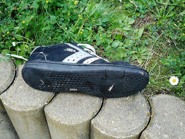 Rozházené injekční stříkačky v trávě zranily dvě děti. Jehly ve dvou případech prošly podrážkou bot.