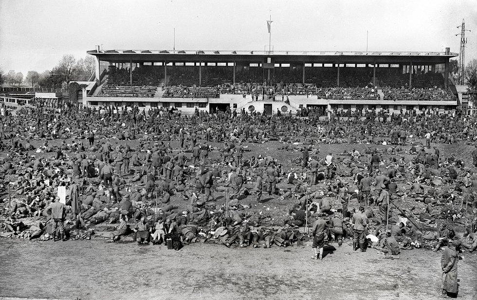 V roce 1945 sportoviště sloužilo jako shromaždiště pro až 10 tisíc německých vojáků a civilního obyvatelstva před jejich odsunem. Zdroj: archiv Východočeského muzea v Pardubicích