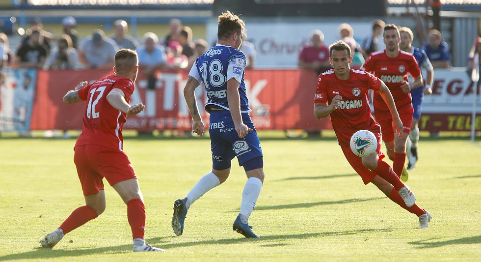 Utkání Fobalové národní ligy mezi MFK Chrudim (v červeném) a FK Pardubice (v modrém) na fotbalovém stadionu v Chrudimi.