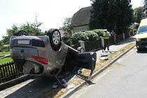 Auto po nehodě v Dašicích skončilo na střese