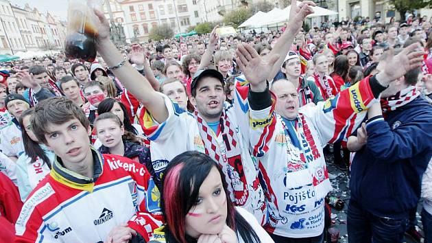 Pardubice fandí svým hokejistům na Pernštýnském náměstí před velkoplošnou obrazovkou.