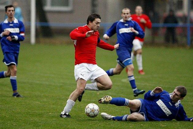 HRADIŠTĚ - SLATIŇANY. V úvodu utkání dvakrát podržel domácí tým gólman Habivský a to se ukázalo pro další vývoj utkání jako rozhodující.