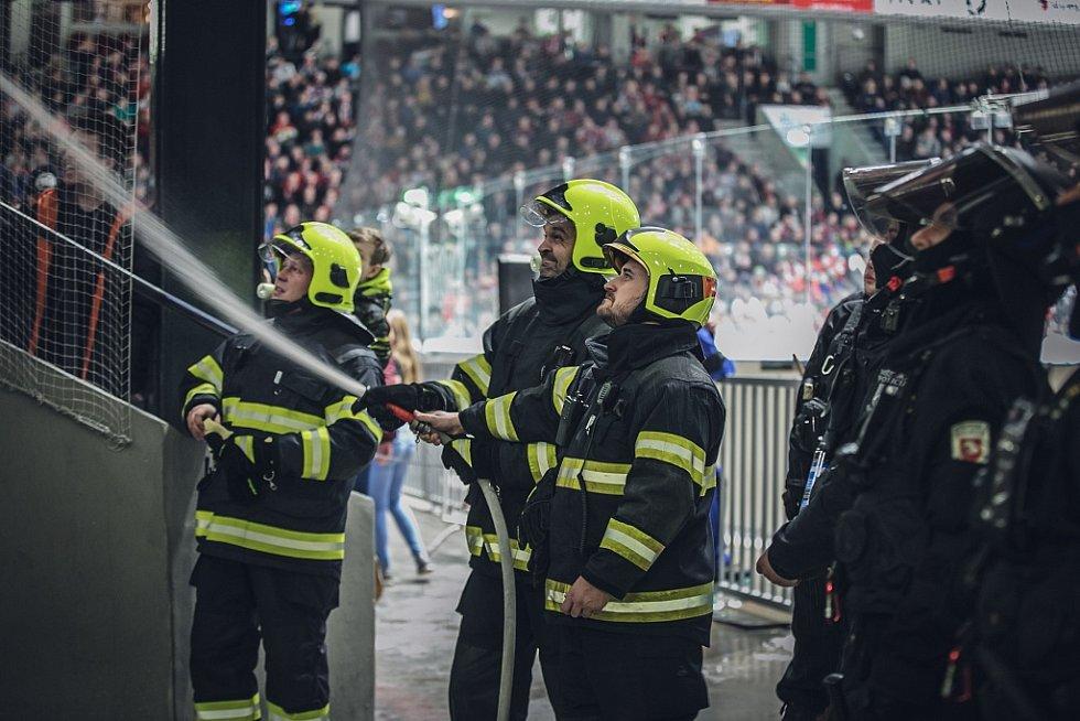 Práci měli i hasiči. V kotli hostí v poslední třetině vzplála pyrotechnika.