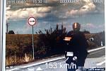 Rekordman víkendu. Policisté mu naměřili 153 kilometrů za hodinu.