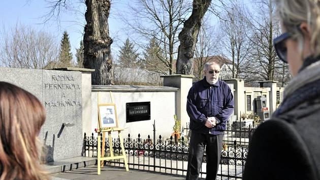 Historik Jiří Kotyk u hrobky Jana Pernera