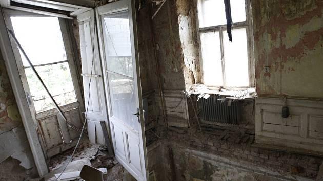 Larischova vila, kde před popravami nacisté věznili oběti z Ležáků. Současný stav objektu je stejně pohnutý, jako jeho historie.
