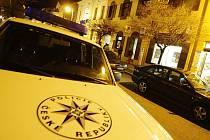 Policisté před přepadenou pobočkou Komerční banky