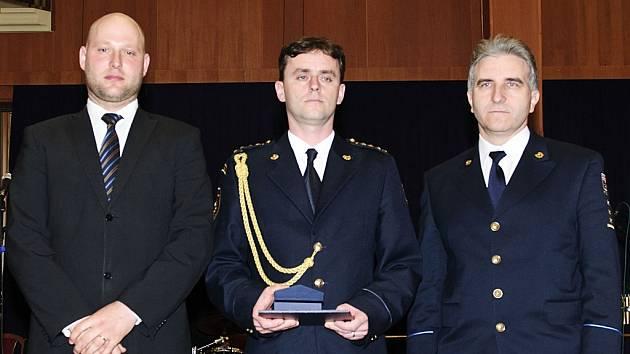 Daniel Norek (uprostřed), vyšetřovatel HZS Pardubického kraje, získal na soutěži hasič roku třetí místo.