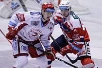 Hokejové utkání Tipsport extraligy v ledním hokeji mezi HC Dynamo Pardubice (červenobílém) a HC Oceláři Třinec (v bíločerveném) v pardubické Tipsport areně.