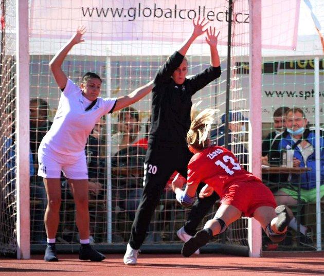 ŽELÍZKO VBRÁNĚ. Hráčky výběru Východ jistila opatovická gólmanka Aneta Ansorgová.