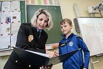 Vojta Hlaváček našel s kamarádem osm tisíc korun, které odvezdali. Oba chlapci obrdželi od Městské policie v Pardubicích odměnu za svou poctivost.