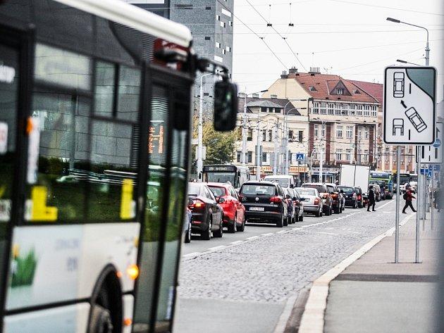 Vyhrazené pruhy pro městskou hromadnou dopravu na Masarykově náměstí.