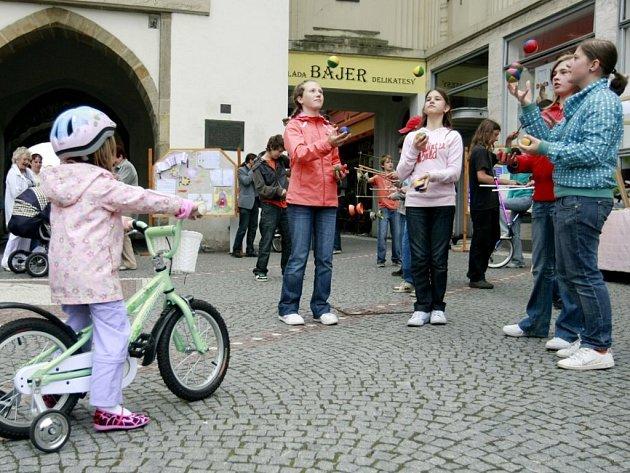 Den Evropy oslavili na náměstí Republiky v Pardubicích žáci Základní školy Waldorfská.