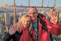 Nad střechami mrakodrapů. Sportovní redaktor Pardubického deníku Zdeněk Zamastil s manželkou Růženkou nad New Yorkem.