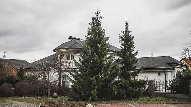 Odstranit Vánoční ozdoby ze stromu nařizuje v prapodivné úřední výzvě radnice městského obvodu ve Svítkově dobrovolným hasičům.