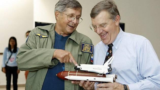 Pardubickou univerzitu navštívili někdejší sovětský kosmonaut Viktor Petrovič Savinych a americký kosmonaut James Shelton Voss.