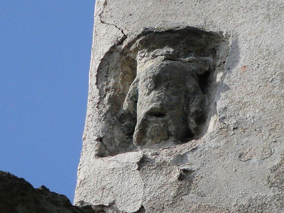 Záhadný výstupek objevili Jaromír Chudý s Josefem Matěáskem. S trochou fantazie připomíná hlavu panovníka Karla IV. Kostel však historickou spojitost s Karlem postrádá.