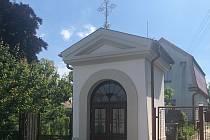 Kaple v Holicích je zachráněna. Dostala i novou omítku.