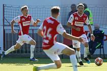 Utkání Fobalové národní ligy mezi FK Pardubice (ve červenobílém) a 1. SK Prostějov  (v modrobílém) na hřišti pod Vinicí v Pardubicích.