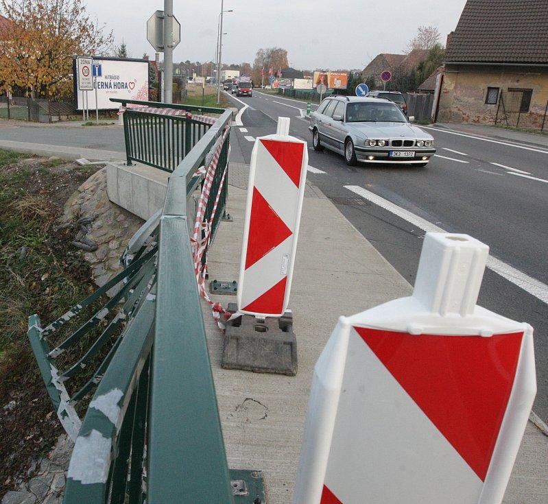 Silniční ostrůvek ve Svítkově. Policie na něm našla řadu chyb. Od špatného projektu, přes nedostatečné osvětlení až po špatné dopravní značky.