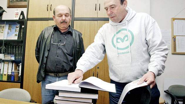 Provozovatel Perníkové chaloupky Luděk Šorm předává petici starostovi obce Ráby Josefu Soukupovi.