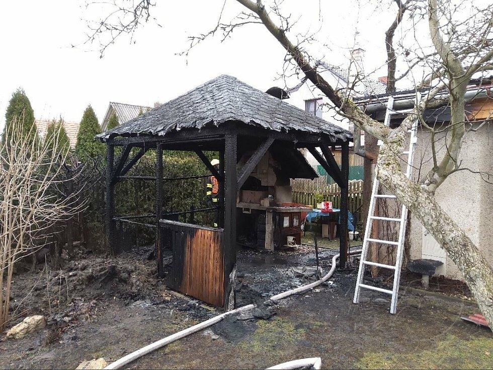 Popel zapálil kompostér a poté i pergolu, hasiči ji museli strhnout.