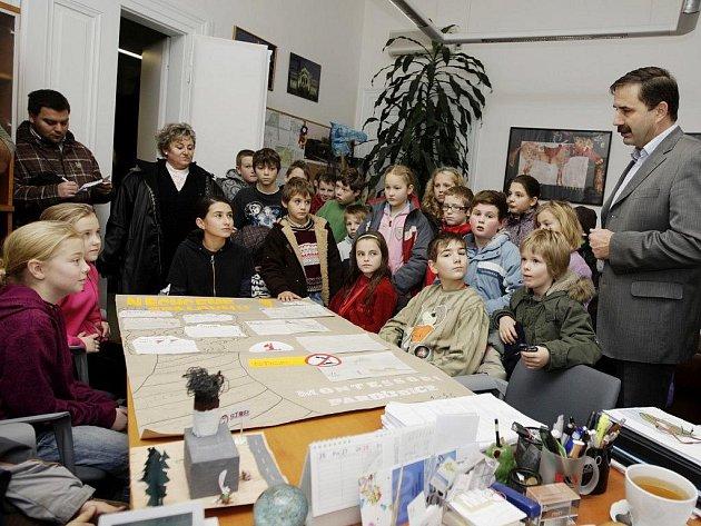 Žáci Montessori školy přišli vyjádřit svůj nesouhlas proti spalovně k náměstkovi primátora Alexandru Krejčířovi.