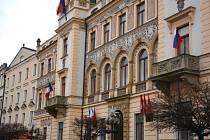 Vlajky Francie a Ruské federace na pardubické radnici
