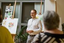 Práce lidí s hendikepem má smysl. Alena vystavuje své obrazy na krajském úřadě.