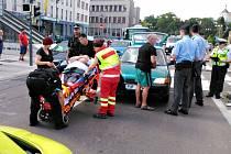 Řidič přehlédl červenou. Na přechodu pro chodce na náměstí Republiky v Pardubicích srazil chodce.