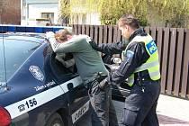 Zloděj který se vloupal do domu daleko neutekl. Na útěku jej zadržela hlídka Obecní policie Opatovice nad Labem.
