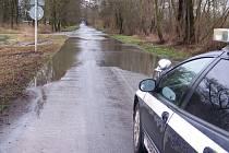 Část vozovky u Vysoké nad Labem v minulosti zaplavila voda.