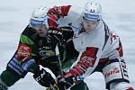 Hokejové utkání Tipsport extraligy v ledním hokeji mezi HC Dynamo Pardubice (v bílém)  a HC Energie Karlovy Vary (v černozeleném) v pardudubické ČSOB pojišťovna ARENĚ.