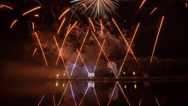 Podzimní Pardubické slavnosti zakončené ohňostrojem na břehu Labe.