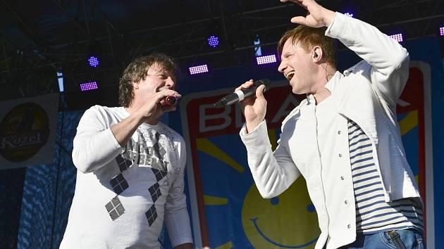 Umí to rozbalit! Nestárnoucí zpěváci Petr Kotvald a Stanislav Hložek předvedli ve Svítkově skvělé vystoupení.