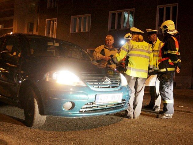 Automobil srazil ženu na přechodu. Podle svědků i policie jel řidič na červenou.