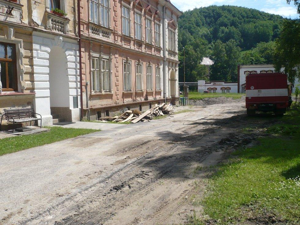 Škody, které velká voda způsobila v obci jsou i po týdnu stále vidět.