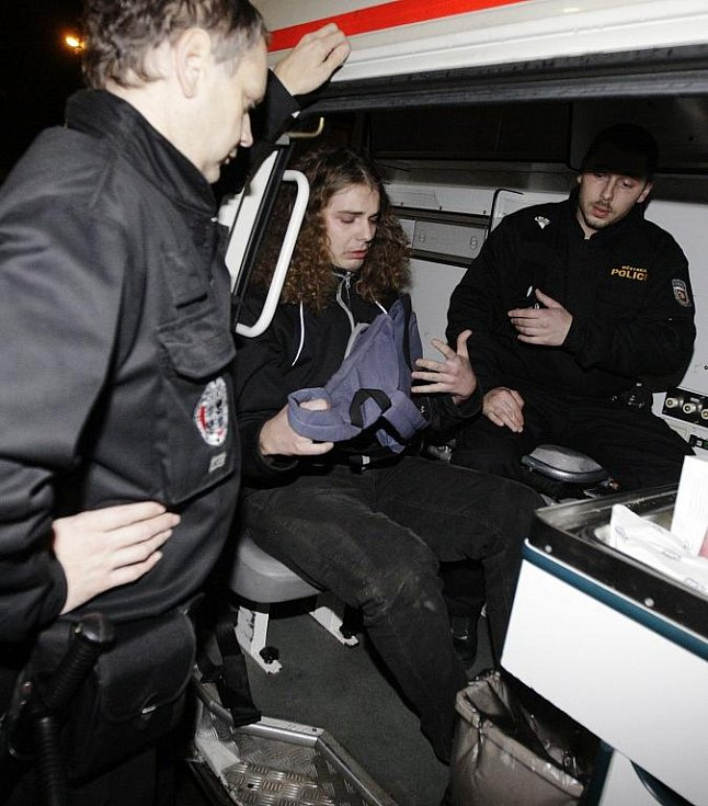 Jeden z odpůrců spalovny zaútočil na veřejném projednávání o znovuspuštění spalovny židlí proti pódiu. Skončil na záchytce.